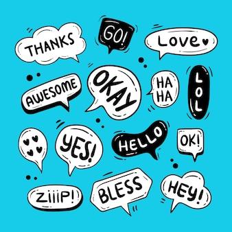 Doodle-chat-blasen mit text in ihnen illustrationen auf blauem hintergrund