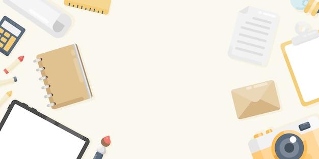 Draufsicht des arbeitsplatzhintergrundes mit tablette, kamera, notizbuch, papier, zeichenstift, umschlag, klemmbrett, malerpinsel, machthaber. arbeitsraum-konzept. hintergrund mit textfreiraum. flacher laienstil.