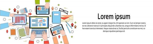 Draufsicht des geschäftsarbeitsplatzes, wirtschaftler-arbeitsprozess, diagramme und dokumente, hände unter verwendung der horizontalen fahnenschablone digital-tablets und des laptops