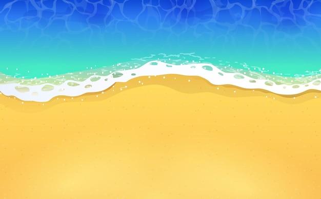 Draufsicht des ruhigen ozeanstrandes mit blauen wellen. küste des meeres, ozean mit sand.