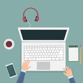 Draufsicht des schreibtisches mit elektronischen geräten und laptop