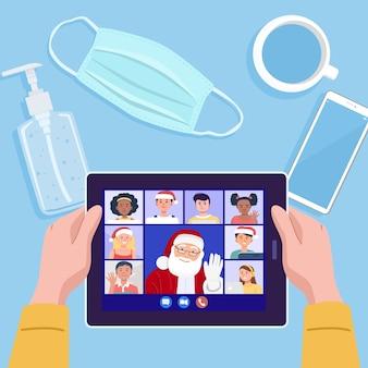Draufsicht eines mannes, der videokonferenz auf tablette mit seinen freunden in den weihnachtsferien hat.