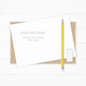 Draufsicht eleganter weißer kompositionspapierkraftumschlag gelber bleistift und radiergummi auf hölzernem hintergrund.