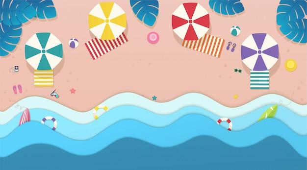 Draufsichtmeer, der strand mit regenschirmen, sonnenliegen und tropischem blatthintergrund