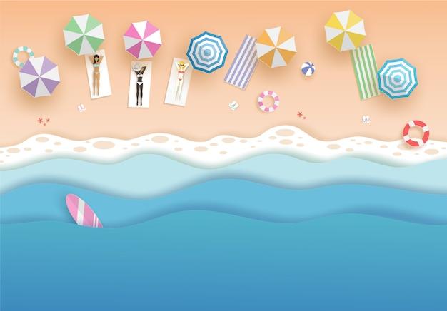 Draufsichtstrand und -meer mit frauen im bikinisatz und in den regenschirmen im sommer. vektor papierkunst konzept.