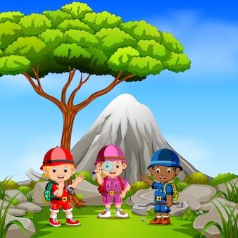 Drei abenteurer im park mit bergszene
