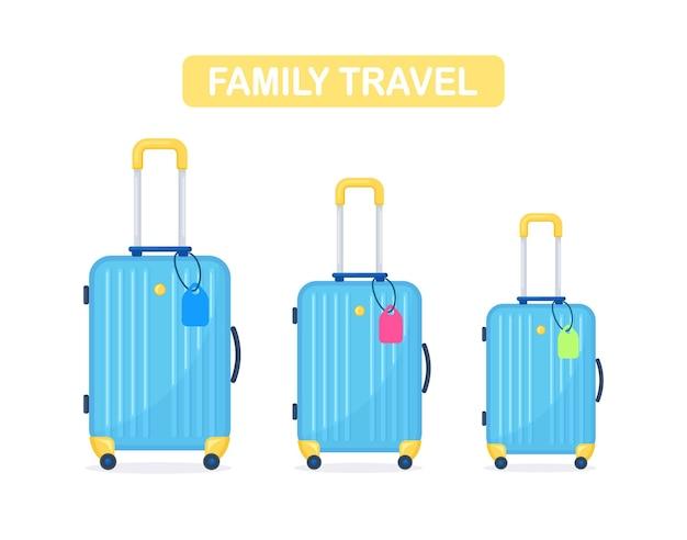Drei blaue moderne koffer. gepäck für die familie im urlaub. mama, papa und tochter oder sohn mit reisetasche. ein großes gepäck und zwei kleine mit tag-namen