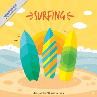 Drei farbige surfbretter am strand hintergrund