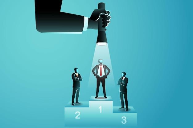 Drei geschäftsleute auf dem podium, einer von ihnen wird von oben mit einer taschenlampe von einer großen hand beleuchtet