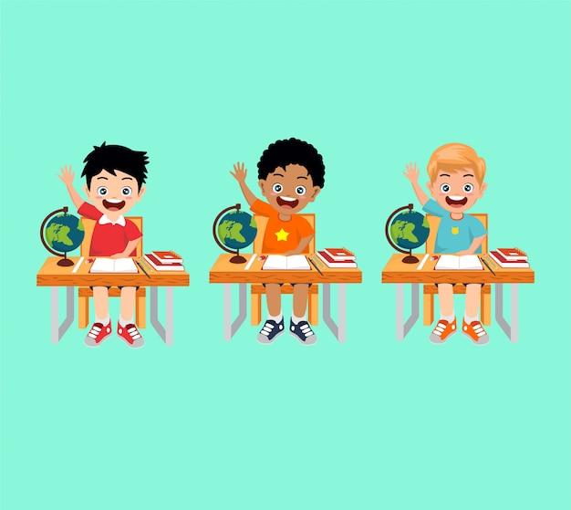 Drei jungen sitzen auf dem stuhl im klassenzimmer
