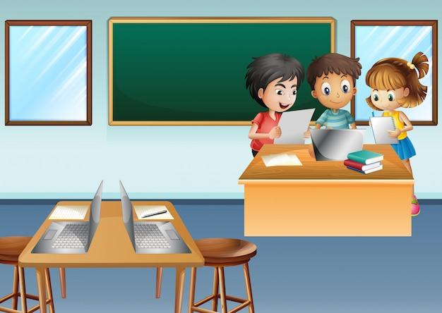 Drei kinder, die an computer in der klasse arbeiten