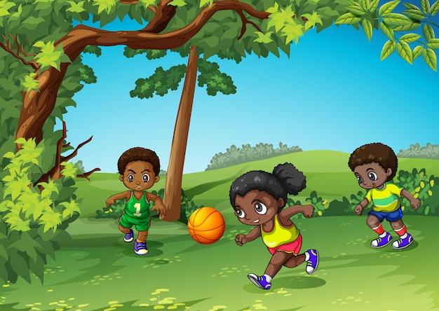 Drei kinder, die ball im park spielen