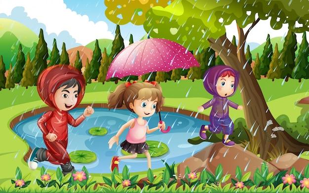 Drei kinder, die in den regen laufen