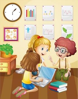 Drei kinder, die in der gruppe im klassenzimmer arbeiten
