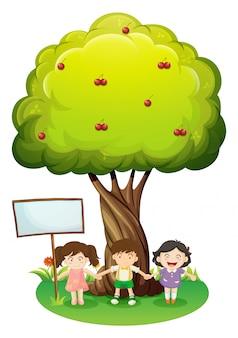 Drei kinder, die unter dem baum mit einem leeren schild stehen