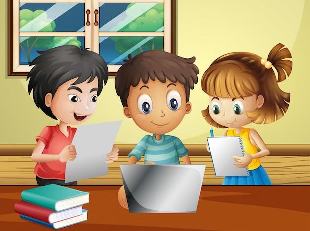 Drei kinder machen forschung auf computer im zimmer