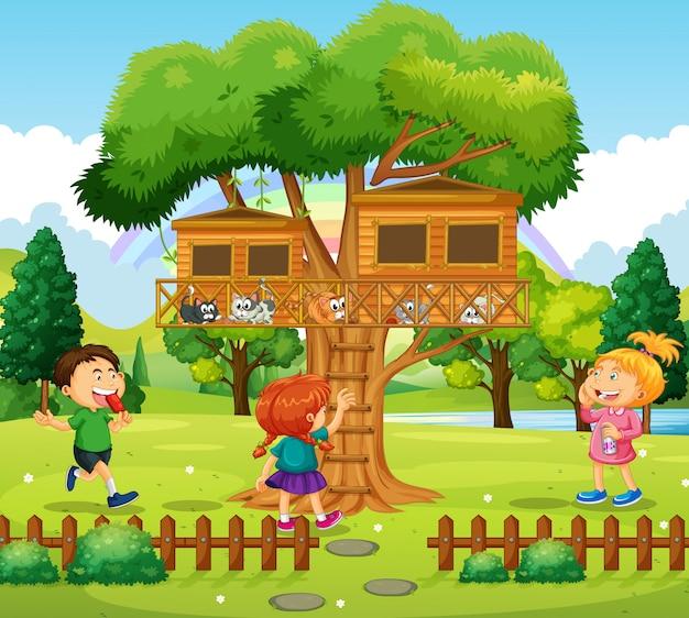 Drei kinder spielen am baumhaus