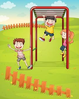 Drei kinder spielen im park