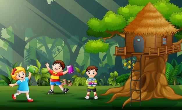 Drei kinder spielen und lernen im park