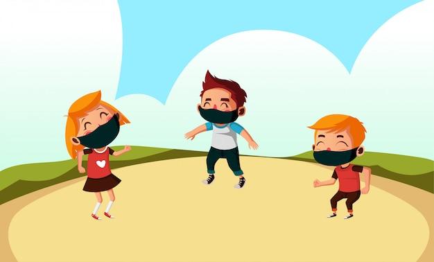 Drei kinder tragen maske spielt im park während der neuen normalität