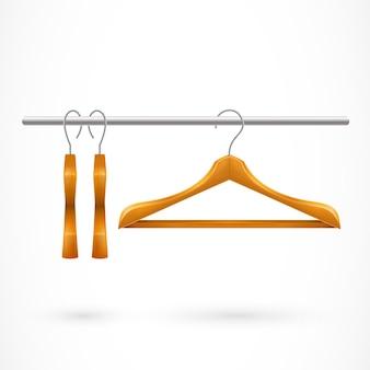 Drei kleiderbügel auf kleiderstange