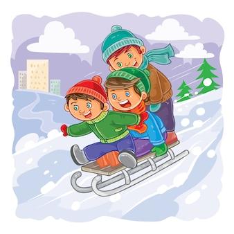 Drei kleine jungs rollen zusammen auf schlitten von einem hügel