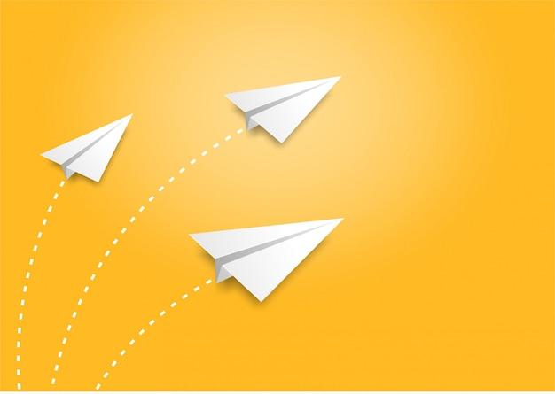 Drei papierflugzeuge fliegen