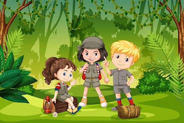 Drei pfadfinderkinder im dschungel