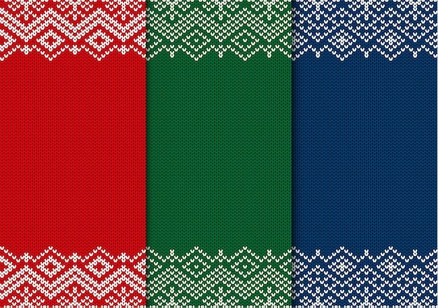 Drei semless gestrickte weihnachtsverzierungen. roter, grüner und blauer geometrischer hintergrund.