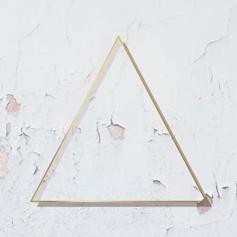 Dreieckgoldrahmen auf verwittertem weißer farbe strukturiertem hintergrund