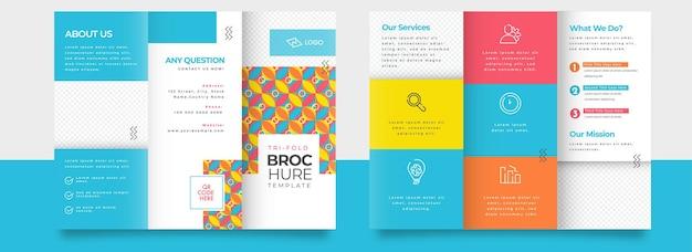 Dreifach gefaltete broschürenvorlage oder broschüre in vorder- und rückansicht.