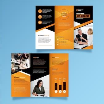 Dreifach gefaltetes broschürendesign mit foto