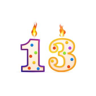 Dreizehnjähriges jubiläum, 13 nummerförmige geburtstagskerze mit feuer auf weiß