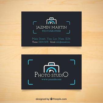 Dunkle fotostudio-karte mit kamera-logo