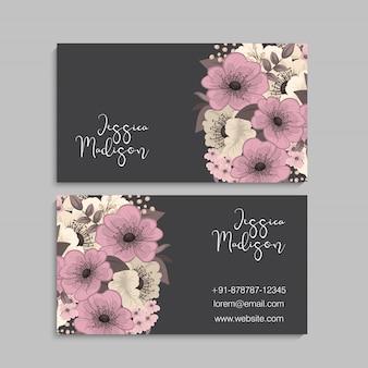 Dunkle visitenkarte mit schönen blumen. vorlage