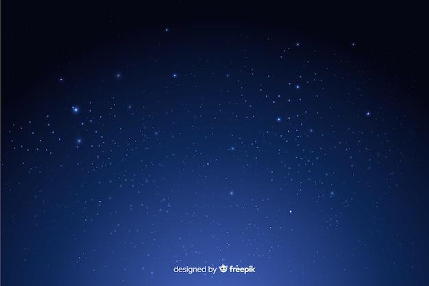 Dunkler hintergrund der sternenklaren nacht der steigung