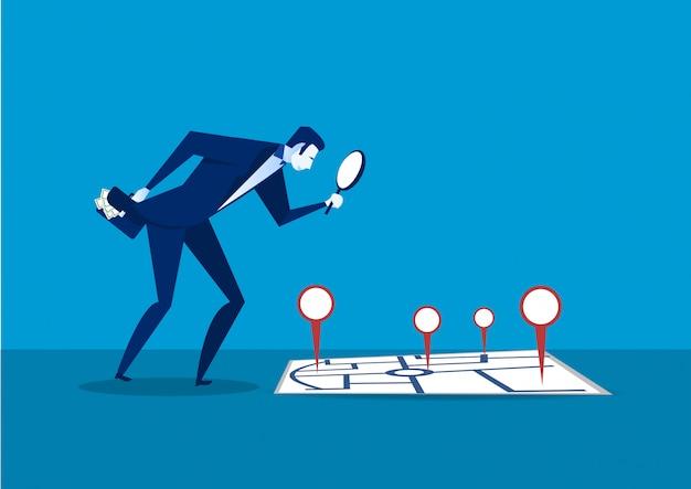 Durchdachter geschäftsmann, der karte nach investition betrachtet