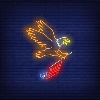 Eagle, das usa-flaggenleuchtreklame fliegt und trägt. usa-symbol, geschichte.