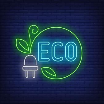 Eco neon schriftzug und netzstecker mit grüner schnur und blättern.