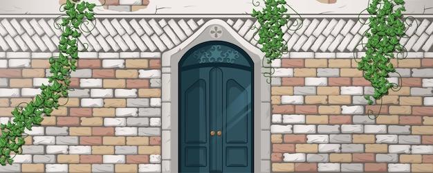 Efeu auf antiken gebäudefassadenreben mit grünen blättern, die an ziegelmauer klettern
