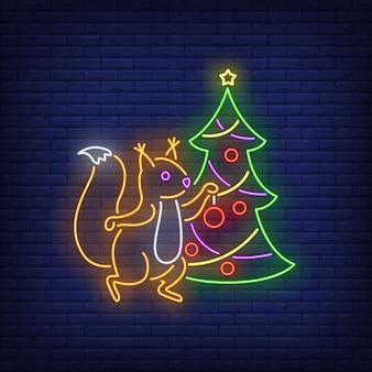 Eichhörnchen, das tannenbaum in der neonart verziert