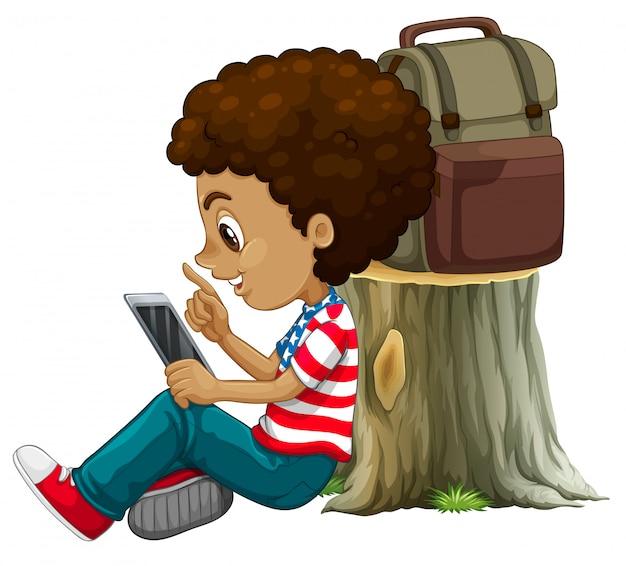 Ein afrikanischer junge, der tablette verwendet