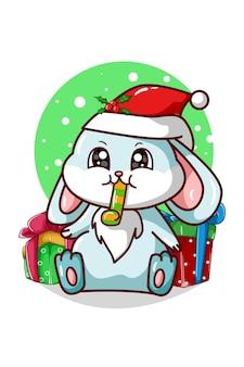 Ein blaues kaninchen, das eine trompete und einige weihnachtsgeschenke bläst
