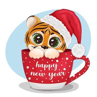 Ein cartoon-tiger, der einen weihnachtsmann-hut trägt, sitzt in einer tasse. frohes neues jahr-schriftzug. grußkarte, drucken. vektorabbildung eps10.