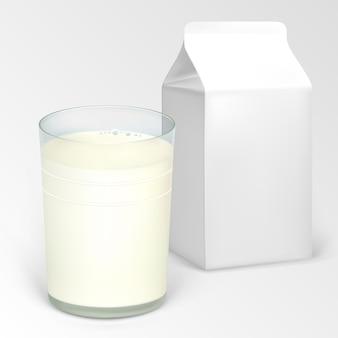 Ein glas milch und eine halbe liter schachtel für milchprodukte.