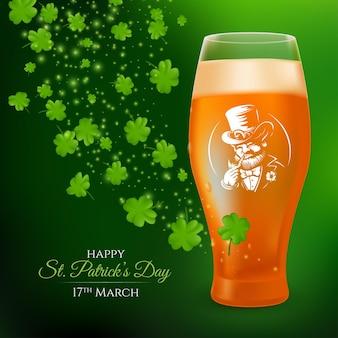 Ein glas mit einem halben liter hellem bier, verziert mit dem etikett eines rauchenden kobolds und kleeblattblättern. realistische illustration zum st. patrick's day, der auf einem dunkelgrünen hintergrund feiert
