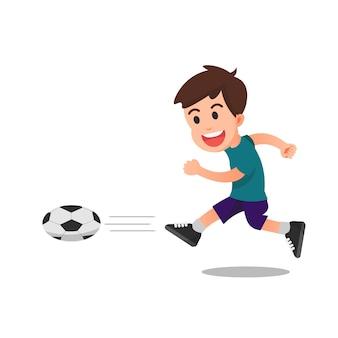 Ein glücklicher kleiner junge, der fußball spielt