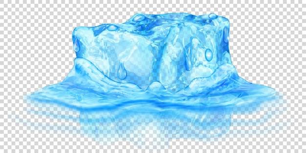 Ein großer realistischer durchscheinender eiswürfel in hellblauer farbe, halb in wasser getaucht