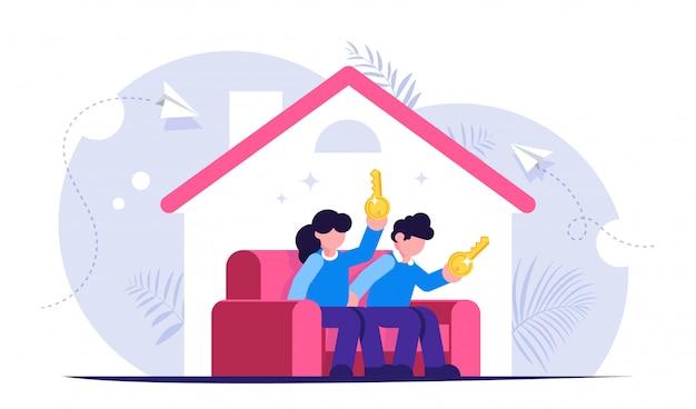 Ein hauskonzept kaufen. junge familie sitzt auf der couch in einem neuen haus mit schlüsseln in den händen.