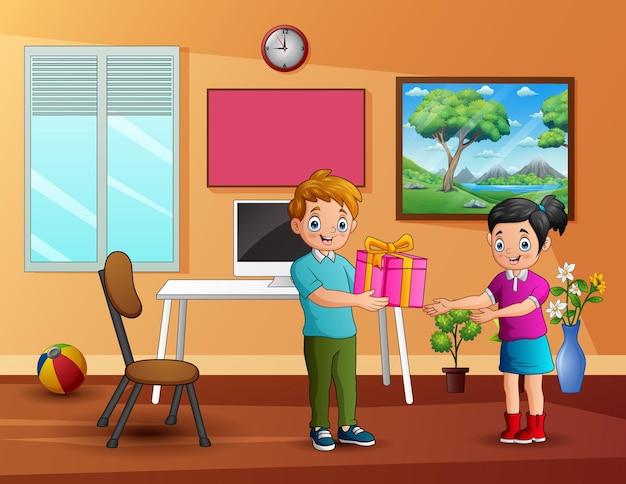 Ein junge, der einem glücklichen mädchen zu hause eine geschenkbox gibt